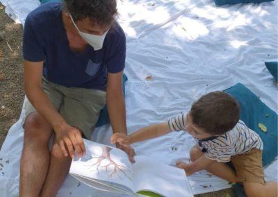 operatore del servizio civile intrattiene un bambino con la lettura per il progetto dell'Oasi del Piccolo Lettore